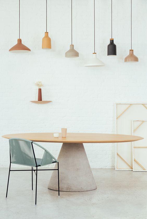 Mesa oval de madeira com cadeira azul claro