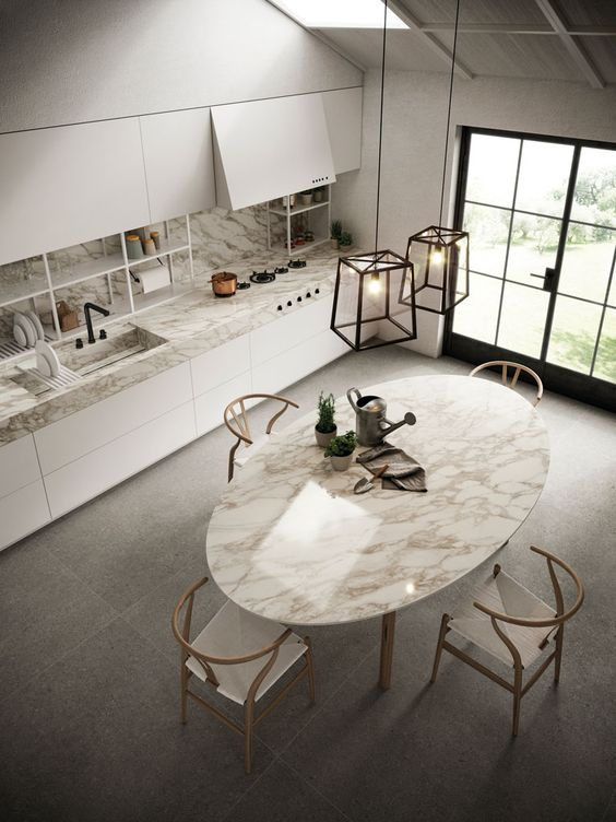 Mesa oval de mármore na cozinha