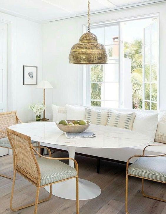 Mesa de jantar branca e oval com cantinho alemão
