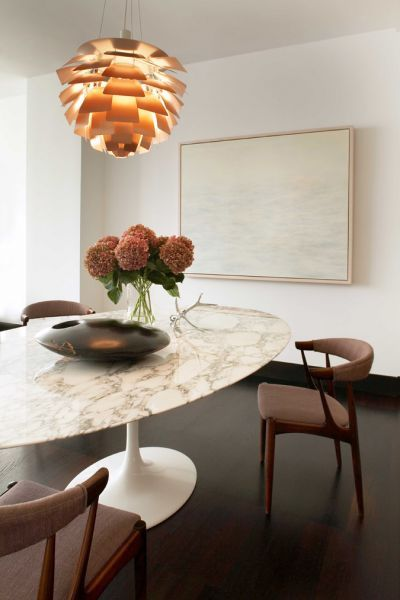 Mesa oval na sala de jantar sofisticada
