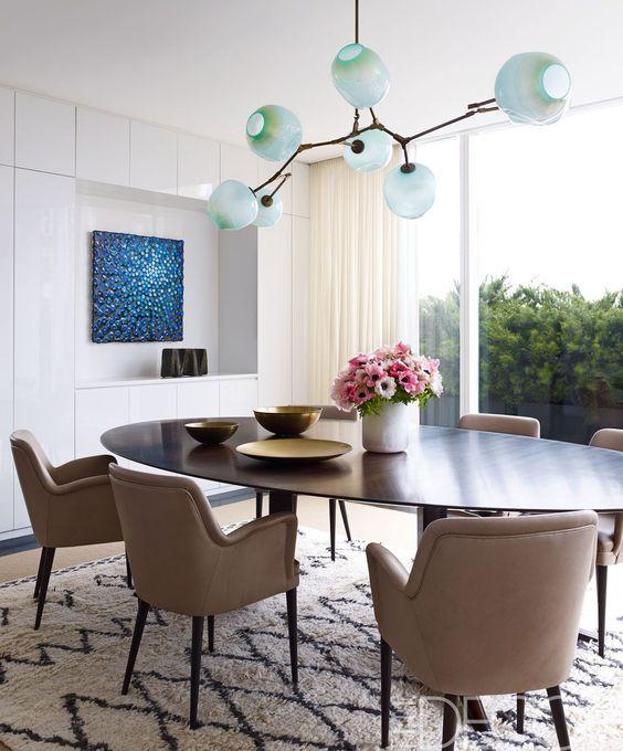 Mesa oval preta na sala de jantar