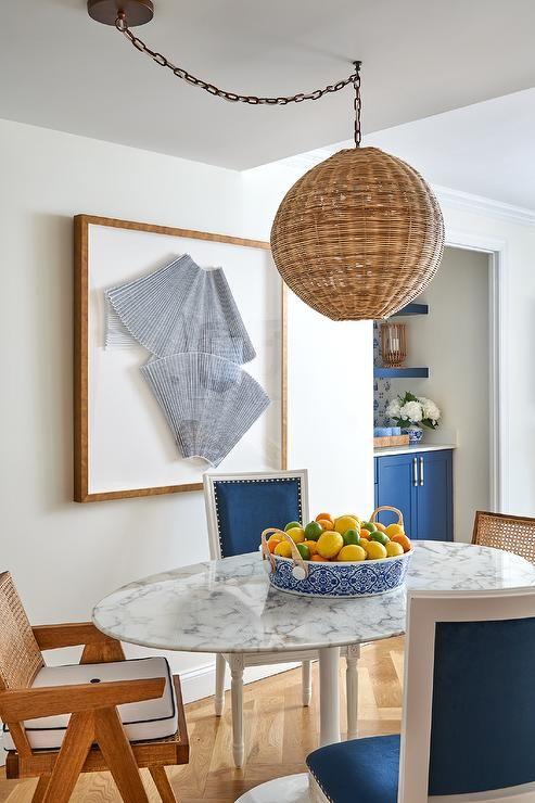 Mesa oval com tampo de mármore