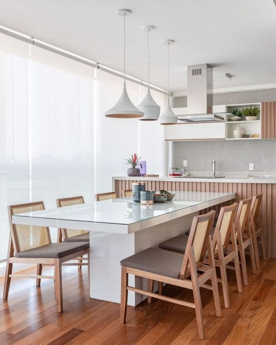 Mesa para varanda gourmet com pendentes brancos