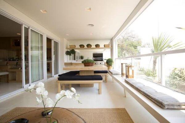 Mesa para varanda gourmet de madeira e brancos pretos