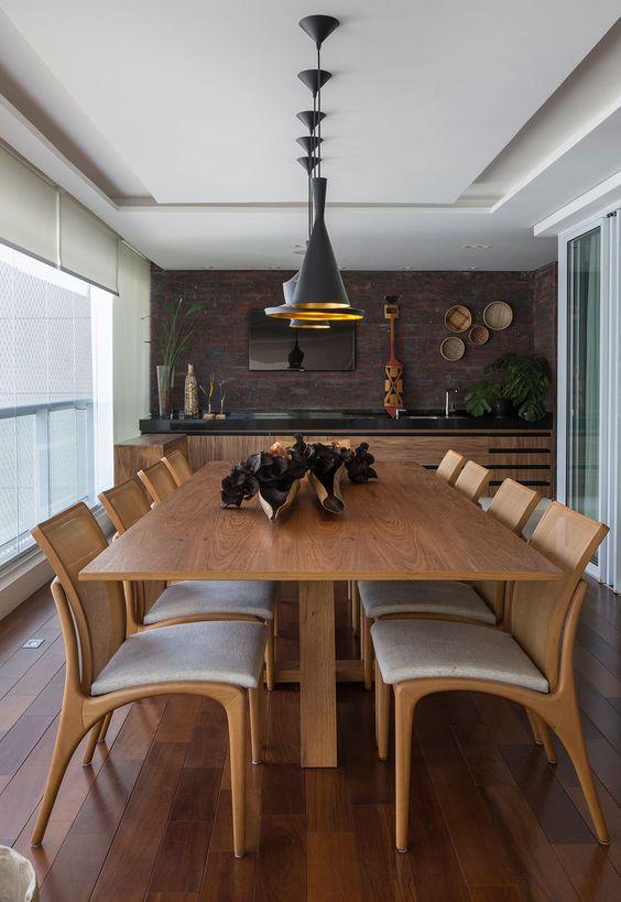 Mesa para varanda gourmet de madeira com decoração moderna