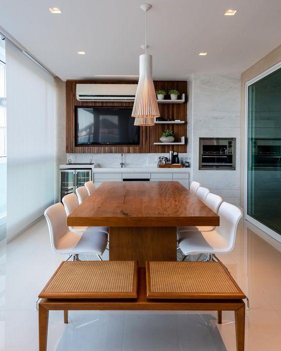 Mesa para varanda gourmet no espaço grande