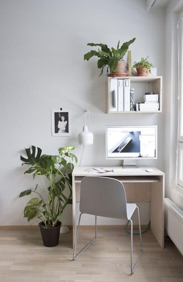 mesa pequena para home office simples decorado com vasos de plantas  Foto Apartment Therapy