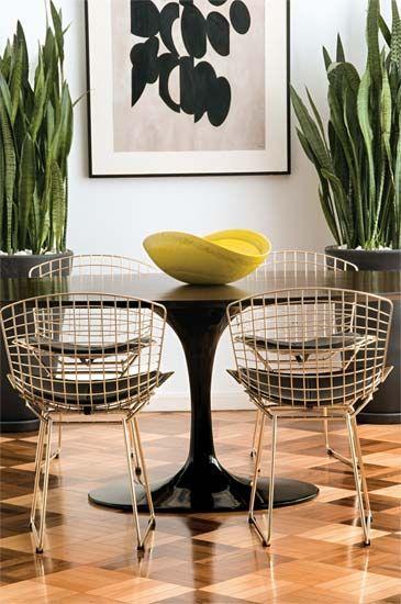 A mesa saarinen é linda para usar na sala de jantar preta