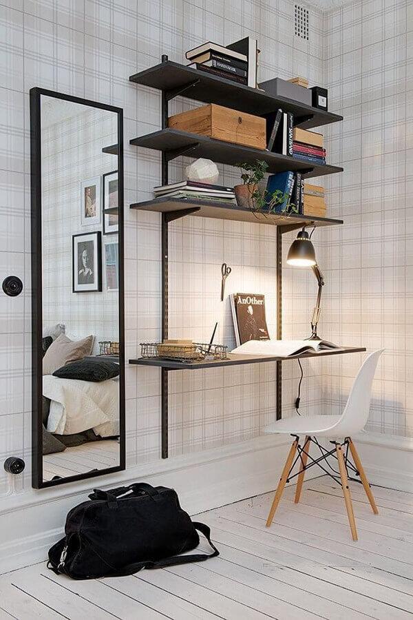mesa suspensa para decoração de home office com papel de parede xadrez Foto Pinterest