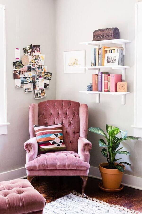 modelo clássico de poltrona cor de rosa com acabamento capitonê Foto Jeito de Casa