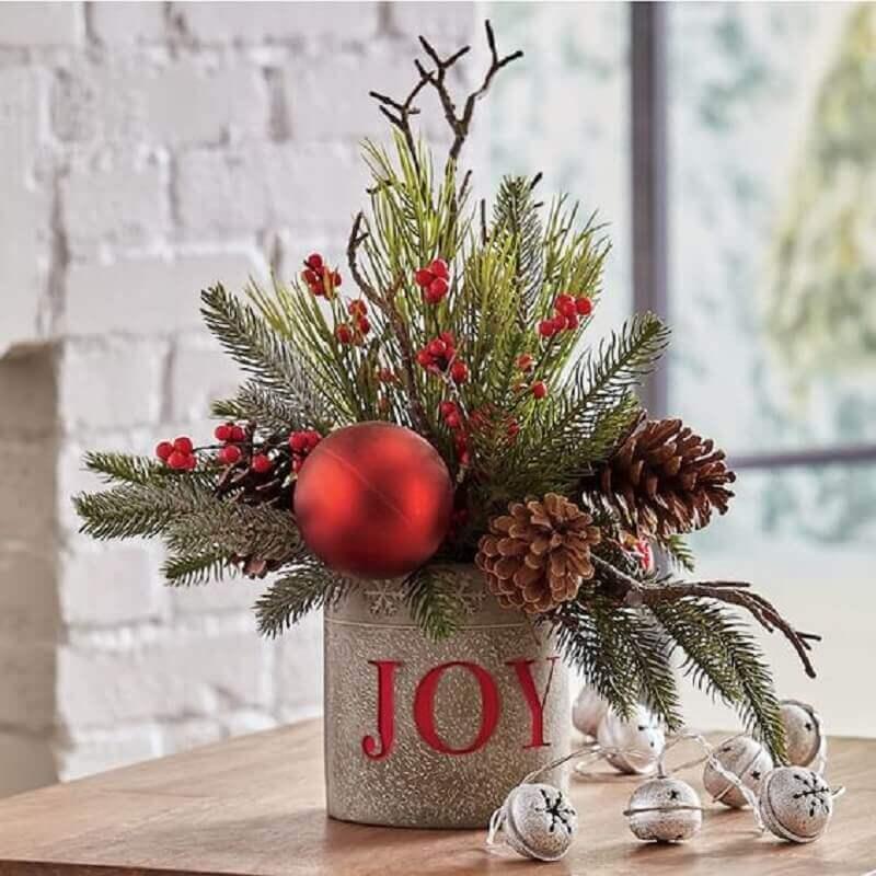 modelo de arranjo de Natal com pinhas Foto Country Door