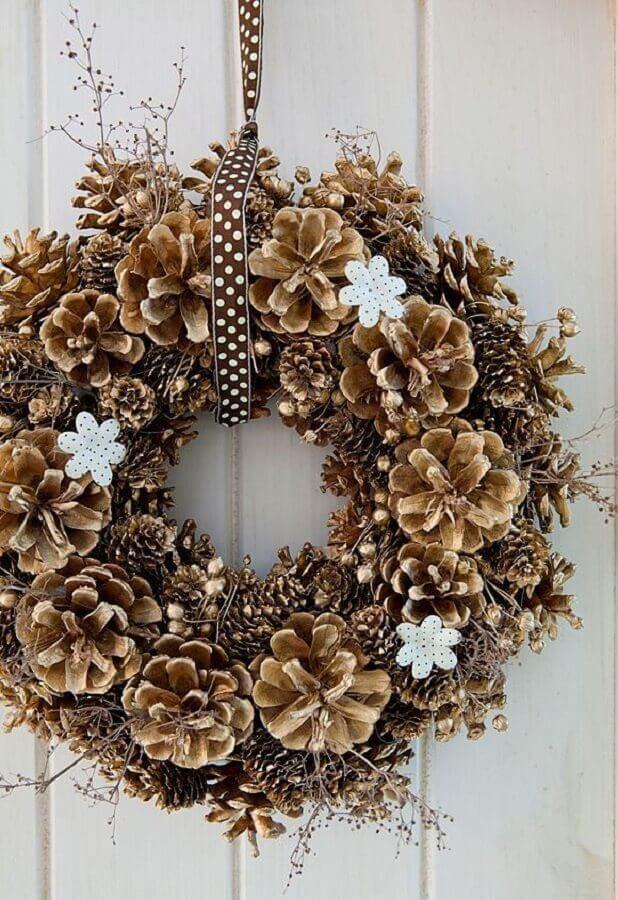 modelo rústico de guirlanda de Natal com pinhas  Foto Home Fashion Trend