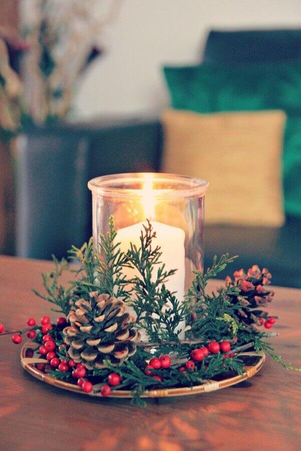modelo simples e clássico de arranjo de Natal com pinhas e vela  Foto Constance Zahn
