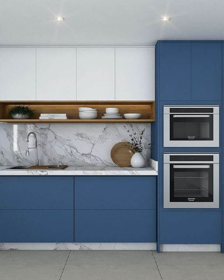 nicho de madeira para armário de cozinha azul e branco planejado com bancada de mármore  Foto Pinterest