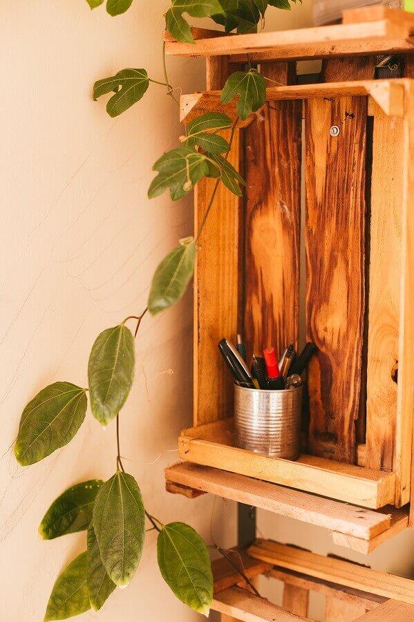 organização de cantinho de estudo com caixotes de madeira Foto Unsplash