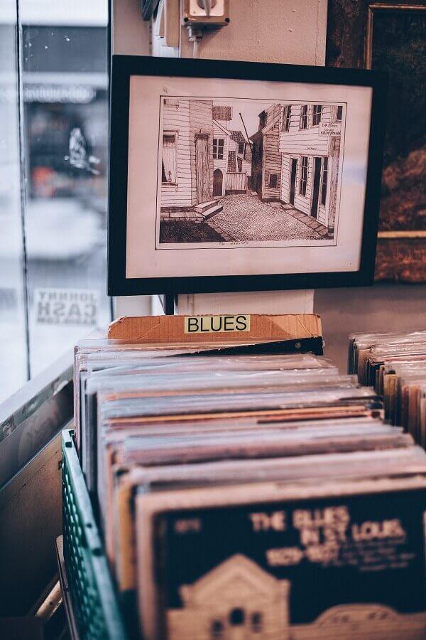 organização de discos de vinil em caixotes de feira Foto Unsplash
