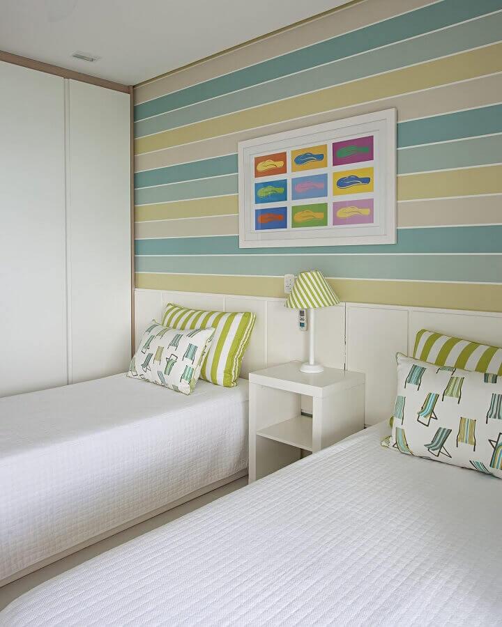 papel de parede colorido listrado para quarto de solteiro branco compartilhado Foto Korman Arquitetos
