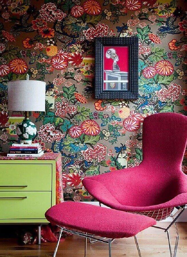 papel de parede floral e poltrona colorida rosa para decoração  Foto Pinterest