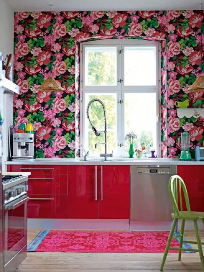 papel de parede flores coloridas para cozinha vermelha planejada  Foto Houzz