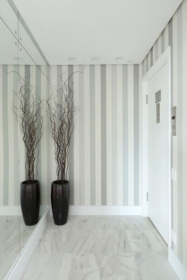 papel de parede listrado e parede espelhada para decoração hall de entrada pequeno Foto Casa de Valentina