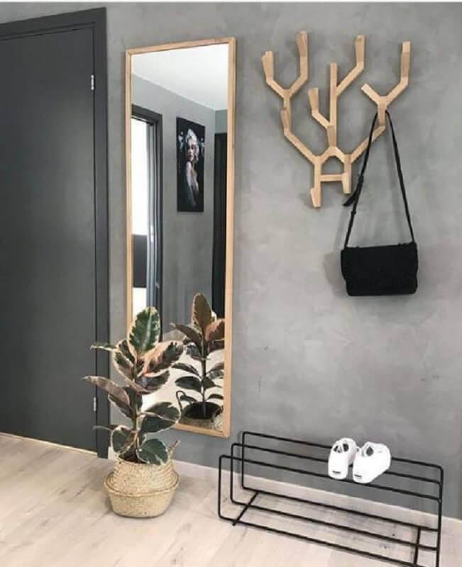 parede de cimento queimado para decoração de hall de entrada pequeno com espelho de madeira Foto Jeito de Casa