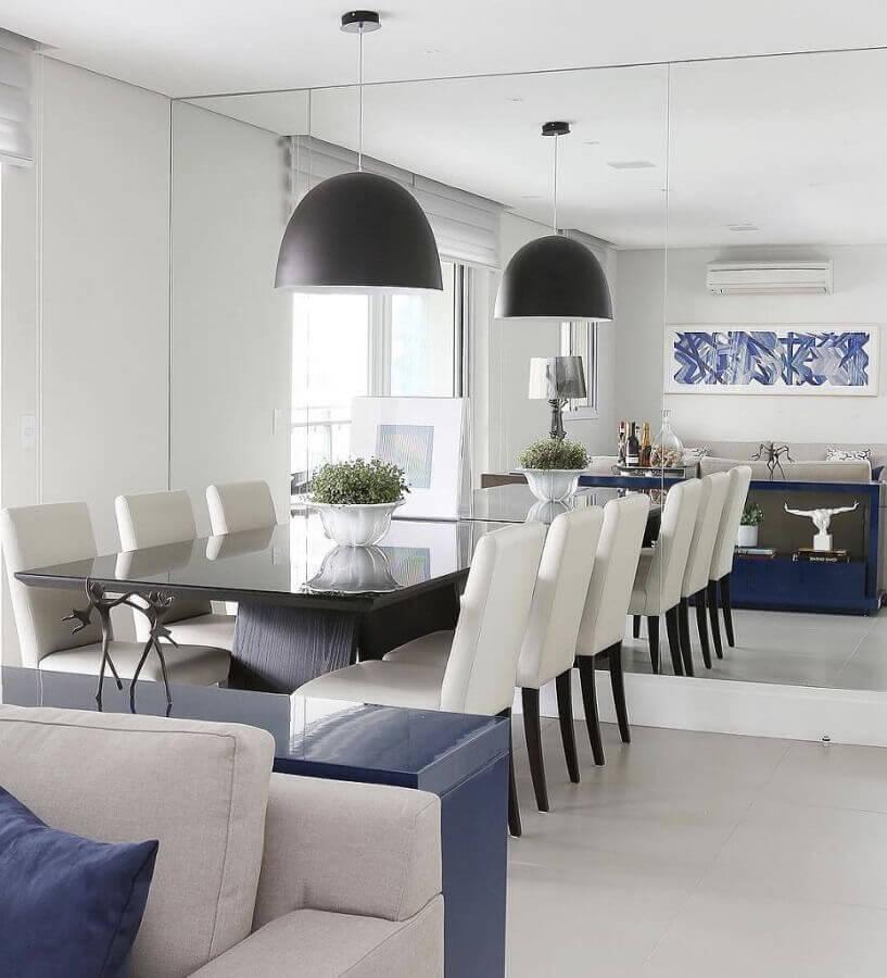 parede de espelho para decoração de sala de jantar com lustre pendente preto Foto Só Decorar