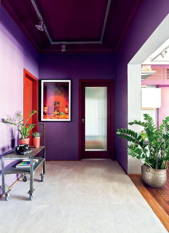 Parede em tons de roxo na casa iluminada