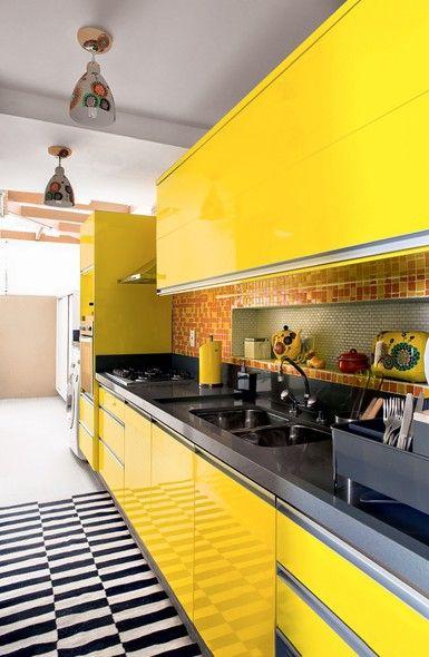 Cozinha amarela com tapete branco e preto