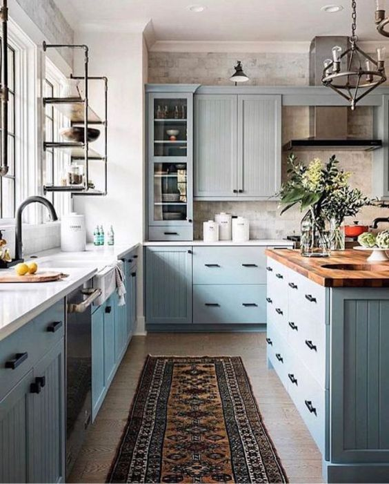 Cozinha azul com passadeira para pia de cozinha antiderrapante