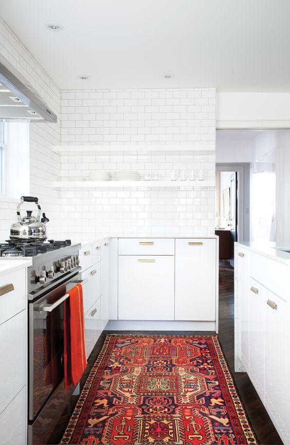 Decore sua cozinha moderna com tapetes estampados e lindos