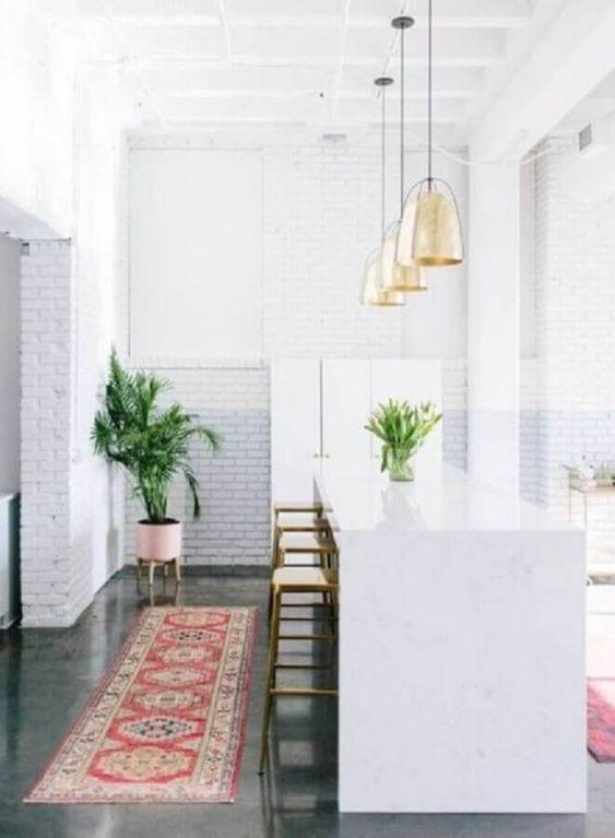 Cozinha branca com passadeira vermelha