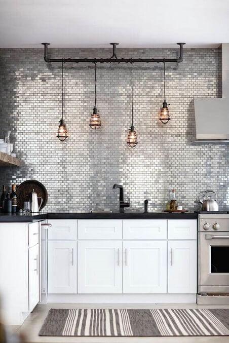Passadeira listrada para cozinha branca e moderna