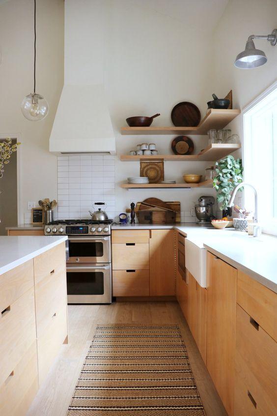 Cozinha de madeira com passadeira em tons neutros