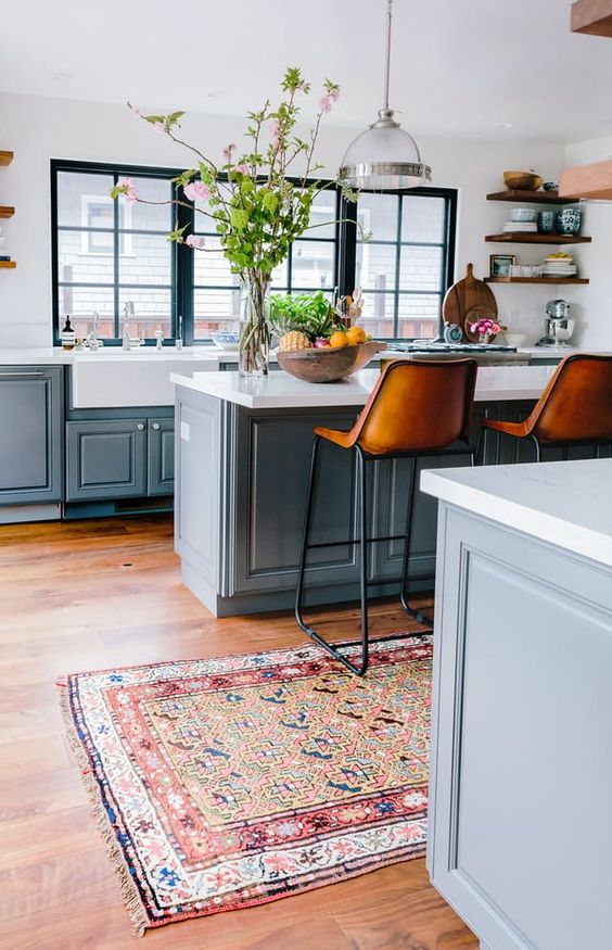 Cozinha azul com passadeira estampada