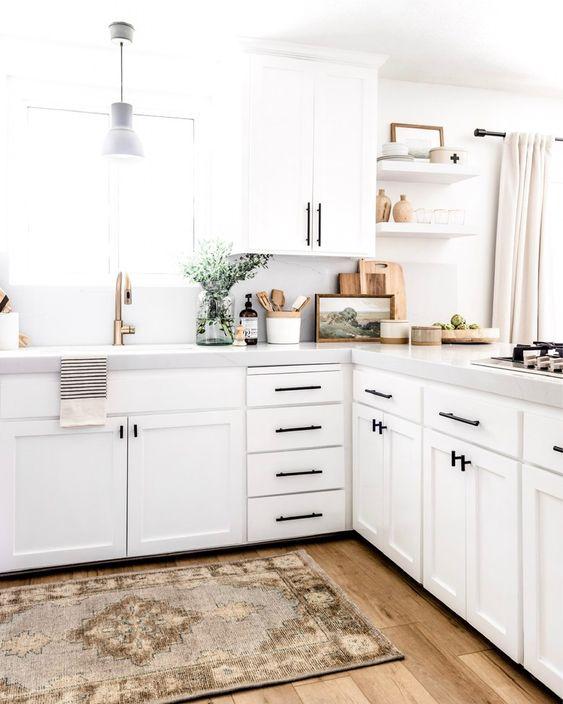 Cozinha em L com passadeira estampada