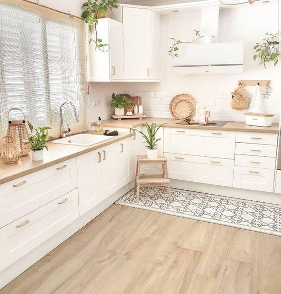Cozinha em L com passadeira azul