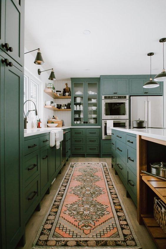 Cozinha verde e moderna com tapete estampado