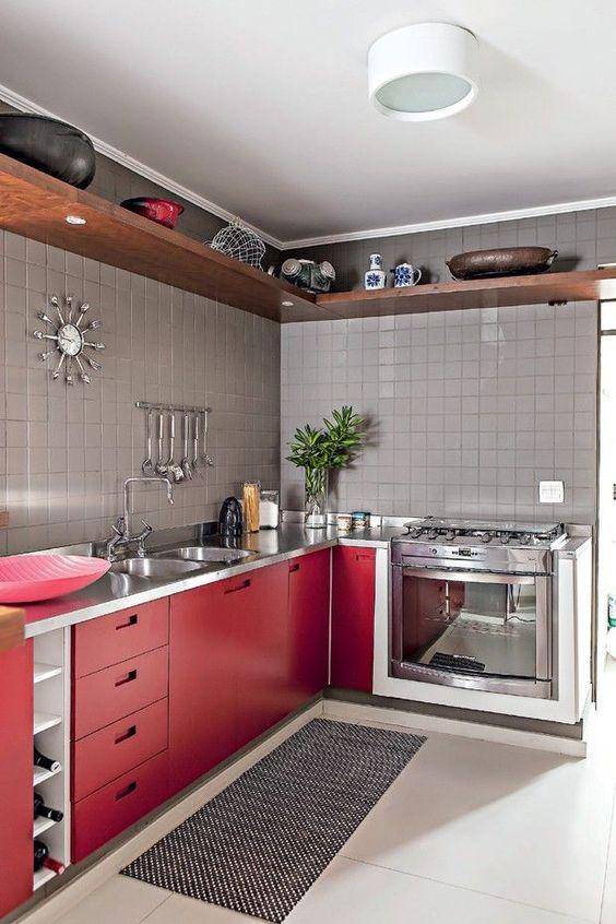 Cozinha vermelha com tapete e passadeira