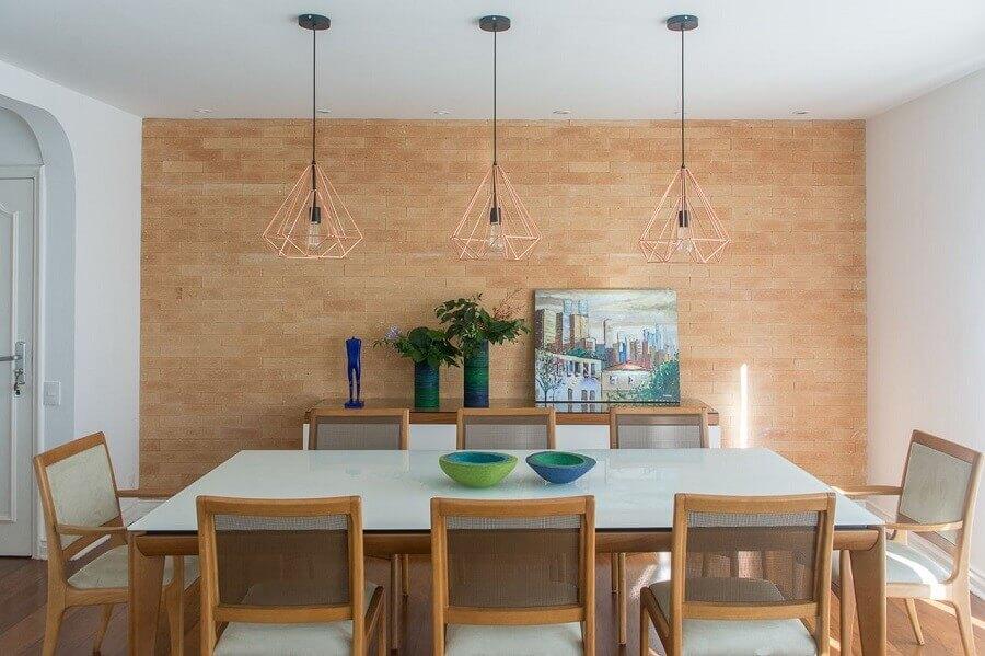 pendente industrial aramado para sala de jantar com cadeiras de madeira para mesa branca Foto Viviane Gobbato