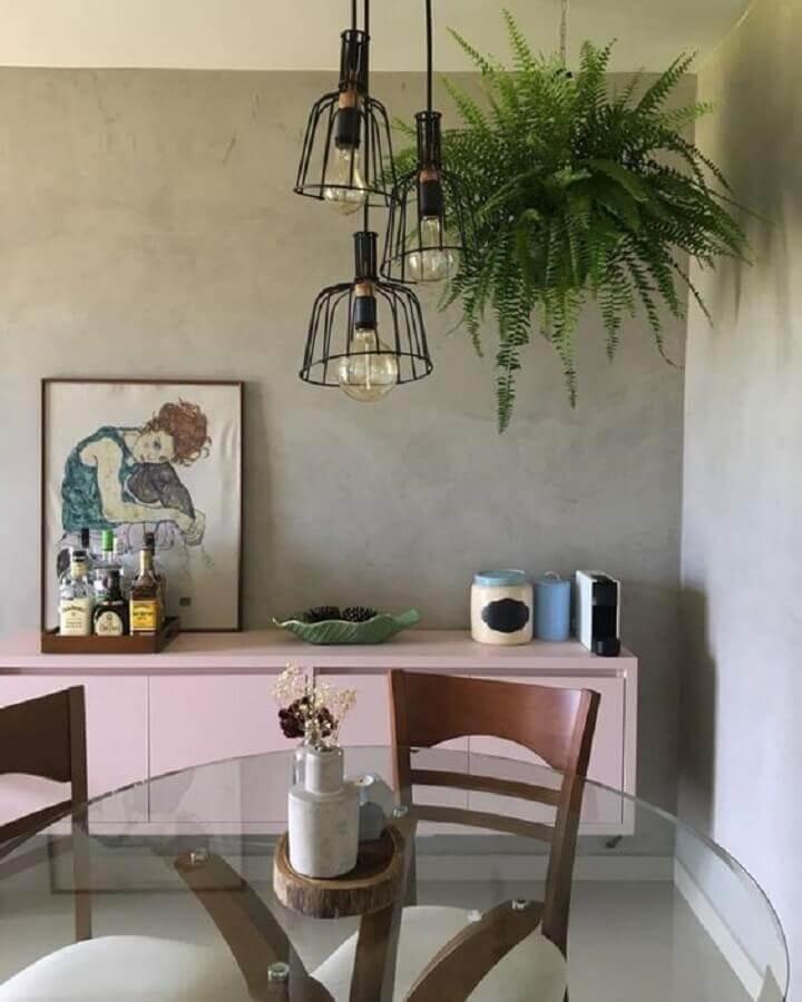 pendente industrial aramado para sala de jantar moderna com mesa de vidro e buffet rosa Foto Pinterest