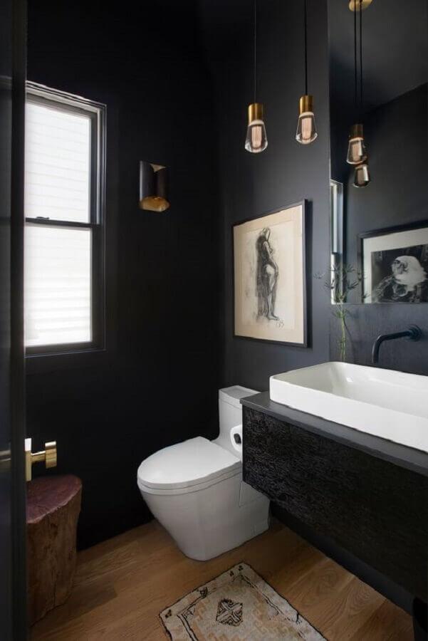 piso de madeira e pendente retro para decoração de banheiro preto pequeno  Foto Casa de Valentina