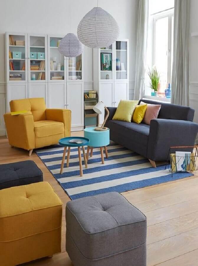 poltrona colorida amarela para sala decorada com sofá cinza e tapete listrado Foto Pinterest