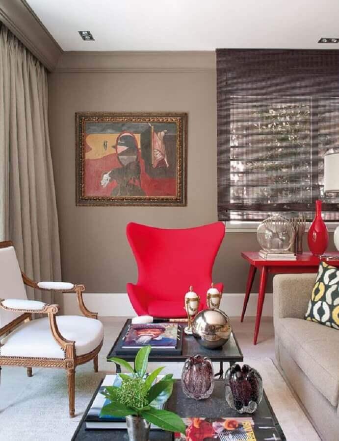 poltrona colorida e aparador vermelho para decoração de sala de estar Foto Pinterest