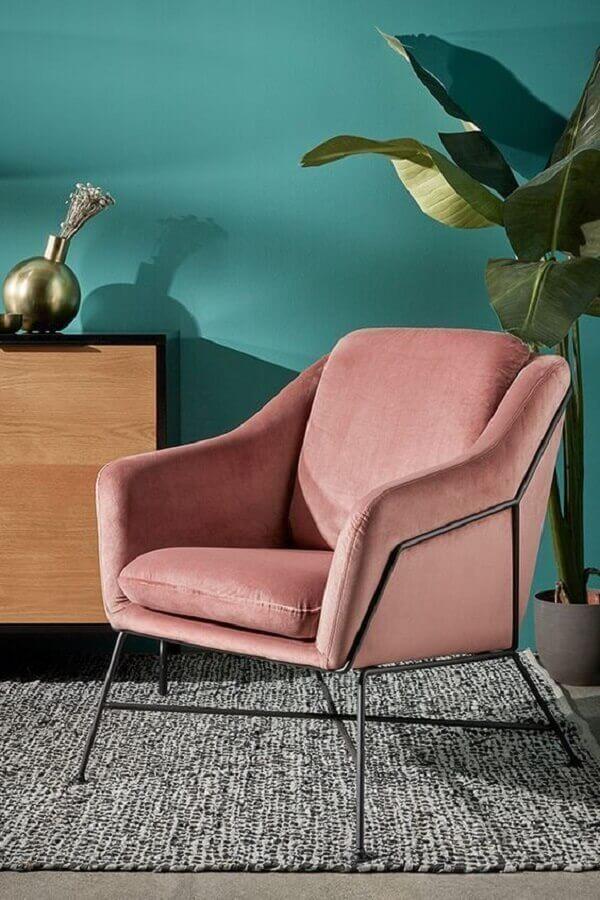poltrona colorida rosa para decoração de sala com parede verde e tapete cinza Foto Histórias de Casa