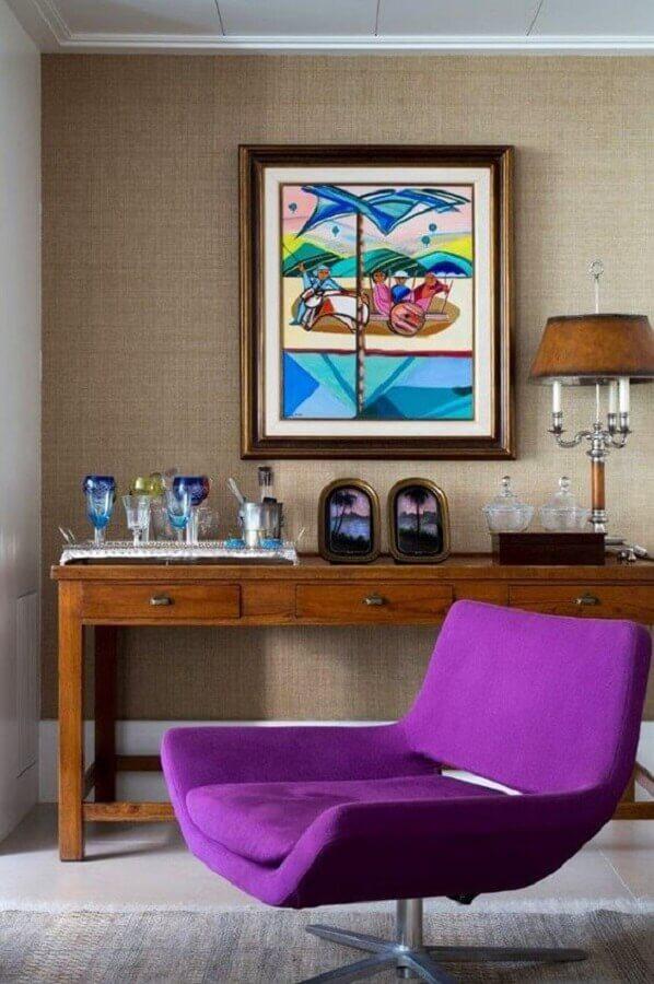 poltrona colorida roxa para decoração de sala com aparador de madeira  Foto Histórias de Casa