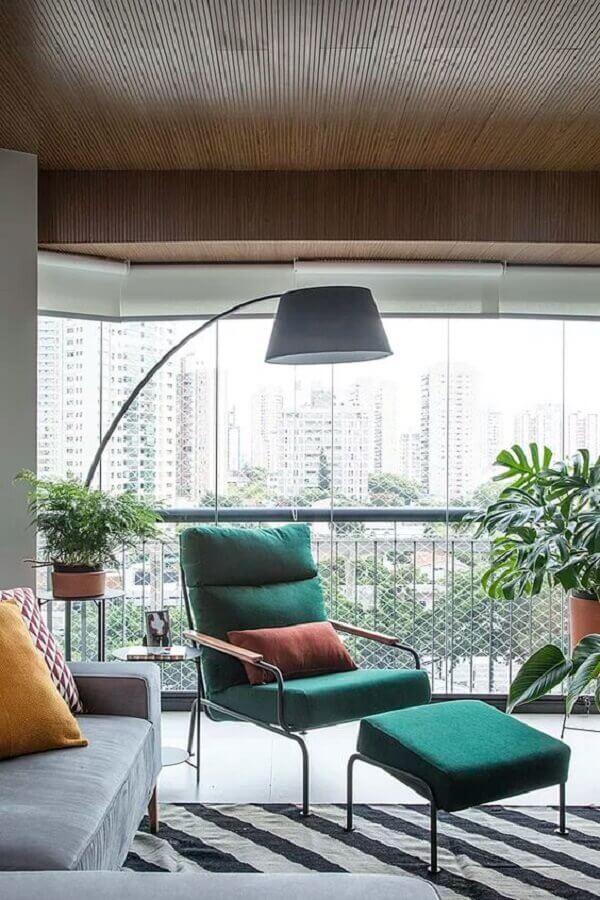 poltrona colorida verde para decoração de sala com varanda integrada  Foto Histórias de Casa