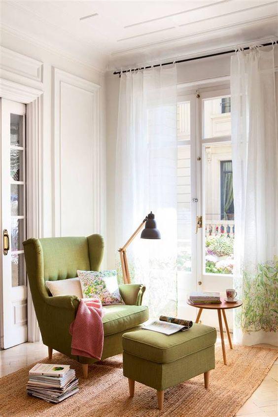 Poltrona com puff verde e manta rosa