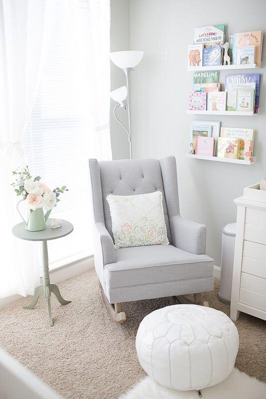 Poltrona com puff para quarto de bebê clean