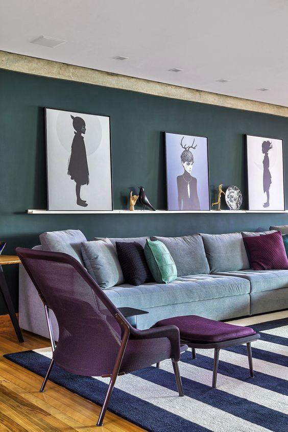 Poltrona com puff roxa na sala de estar em tons de cinza e roxo