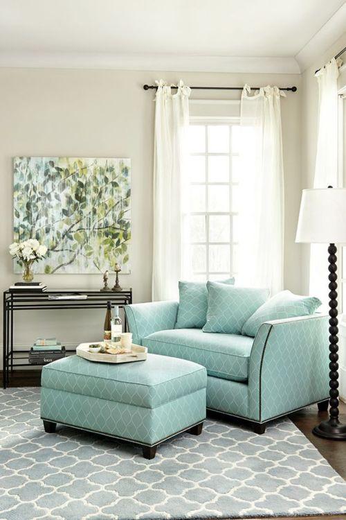 Poltrona com puff verde água para sala de estar confortável